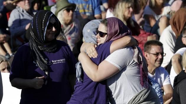 V novozélandském městě Christchurch se tisíce lidí zúčastnily tryzny za oběti teroristického útoku na dvě mešity.