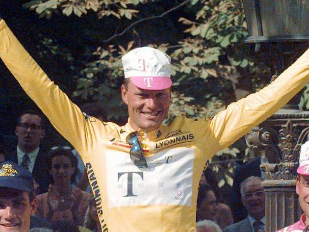 Archivní foto - Bjärne Riis slaví vítězství na Tour de France 1996.