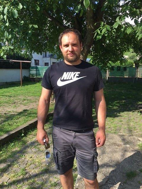 Václav Rybář je zkušený truhlář, který nyní dělá designové dřevěné stojany a držáky na kola.