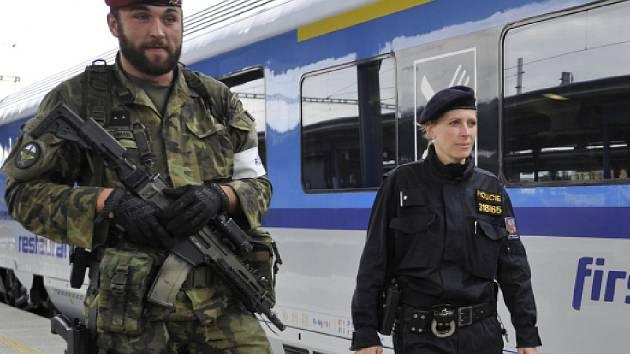 Armáda vyčlenila vojáky, kteří budou pomáhat policii na letištích, nádražích a dalších místech se zvýšenou koncentrací lidí.