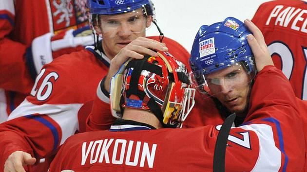 Úleva po utkání. Zleva kapitán týmu Patrik Eliáš, brankář Tomáš Vokoun a autor rozhodující branky David Krejčí.