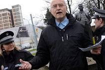 Slavnostní ceremoniál odhalení sochy Tomáše Bati ve Zlíně narušil 2. dubna aktivista Jan Šinágl, když chtěl veřejnosti přečíst vzkaz od rodiny Jana Antonína Bati.