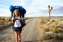 CHERYL ON THE ROAD. Reese Witherspooneová v hlavní roli filmu Divočina zkoumá vlastní nitro a vzpomínky.