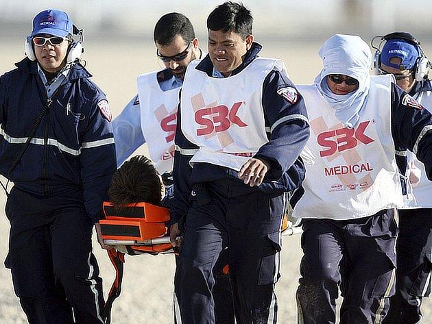 Zdravotníci odnášejí na nosítkách Japonce Jukijo Kagajamu, který spadl v druhé jízdě MS superbiků v Losailu.