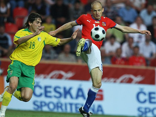 David Jarolím,který na snímku zpracovává míč, se snažil tvořit hru českého týmu.