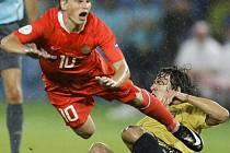 Andrej Aršavin padá na trávník po zákroku Carlese Puyola.