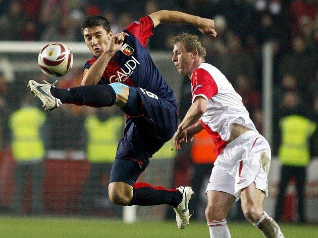 Salvatore Bocchetti z Janova (vlevo) ve vzduchu odkopává míč z dosahu Stanislava Vlčka.