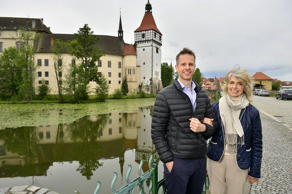 Hildprandtovi nejsou žádní zbohatlíci, kteří by přišli kpenězům bez práce. Miliony, které spolyká jenom rekonstrukce jejich zámku Blatná, si musejí vydělat.