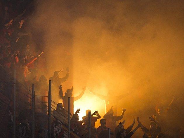 Slavia - Sparta: Fanoušci hostů během zápasu