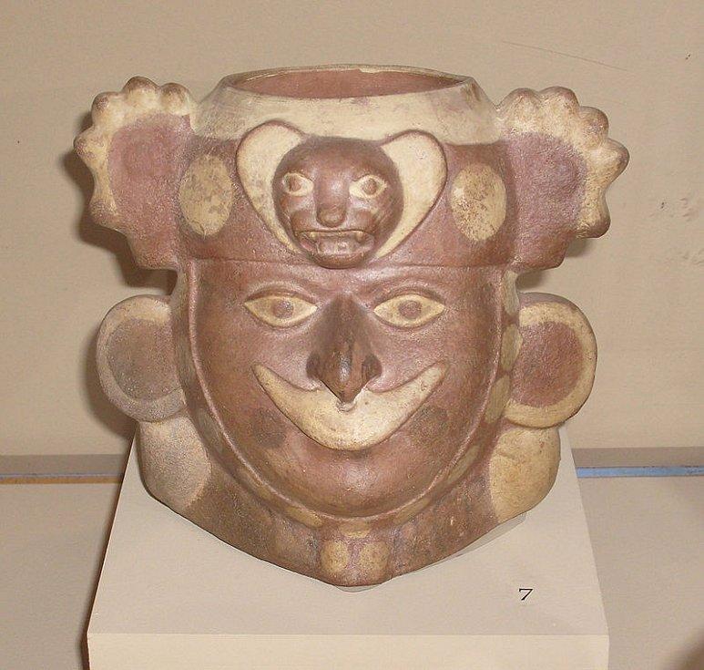 V raném intemediálním období (100 let před naším letopočtem až 700 let našeho letopočtu) byli nejvýznamnější kulturou Močikové. Na snímku močická figurální keramika