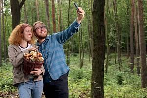 """Stačí vyhlásit kouzelné slůvko: """"Rostou!"""" a v celé zemi propukne houbařská horečka."""