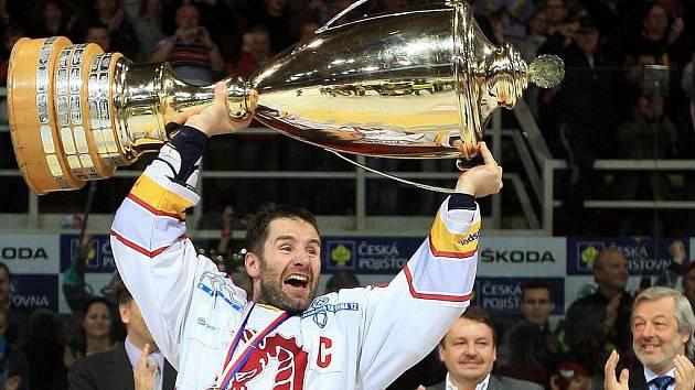 Kapitán Třince Radek Bonk s vítěznou trofejí.