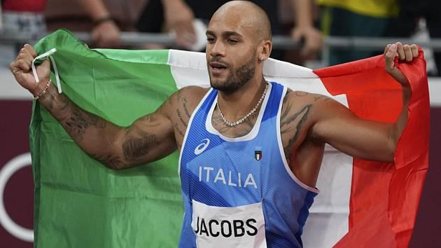 Italský sprinter Lamont Marcell Jacobs po vítězství ve finále běhu mužů na 100 metrů na LOH v Tokiu.