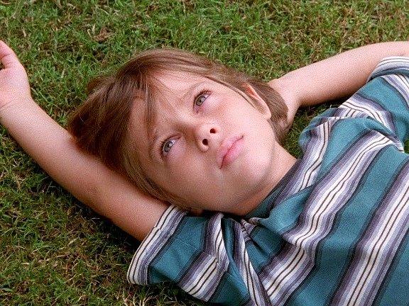 CHLAPECTVÍ. Ellar Coltrane ve strhujícím filmu Richarda Linklatera o odysee dospívání.