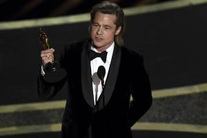 Brad Pitt se svým Oscarem