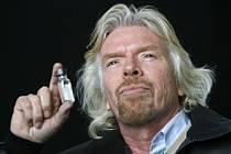 Majitel společnosti Virginia Atlantic Richard Branson ukazuje lahvičku s biopalivem.