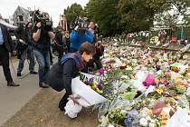 Lidé nosí k mešitám květiny na památku pátečního útoku v Christchurch.