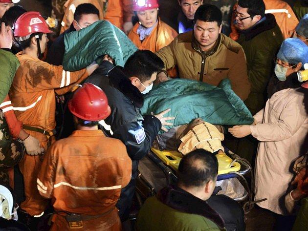 Důl ve městě Lin-i se propadl z dosud nezjištěných příčin v pátek večer. Pod zemí bylo 29 horníků. Jeden člověk při neštěstí zahynul a čtyři se podařilo hned zachránit. Podle dnešních informací se doposud podařilo zachránit dalších sedm osob.