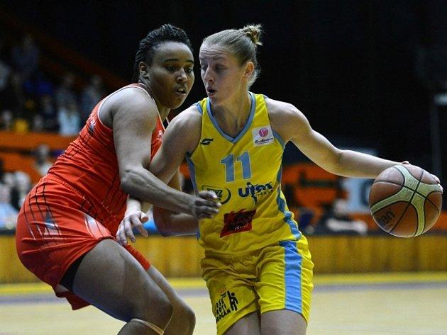 Kateřina Elhotová z USK Praha (vpravo) se snaží prosadit proti Rivas Madrid.