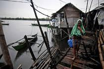 Nejsilnější světový tajfun v letošním roce si na Filipínách údajně vyžádal více než 100 obětí.