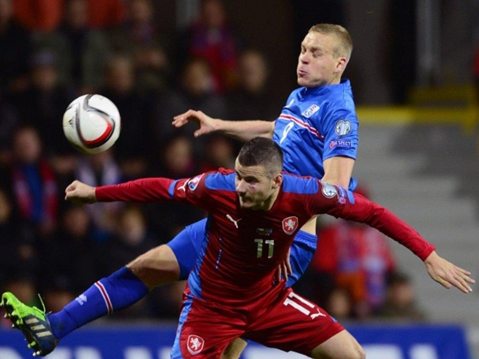 Daniel Pudil (vlevo) proti Islandu.
