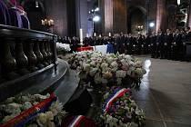 Dnem národního smutku se dnes Francie loučí se svým prezidentem z let 1995 až 2007 Jacquesem Chirakem. Jeho rodina a blízcí ráno uctili jeho památku komorním obřadem v pařížské katedrále Saint-Louis-des-Invalides (na snímku).