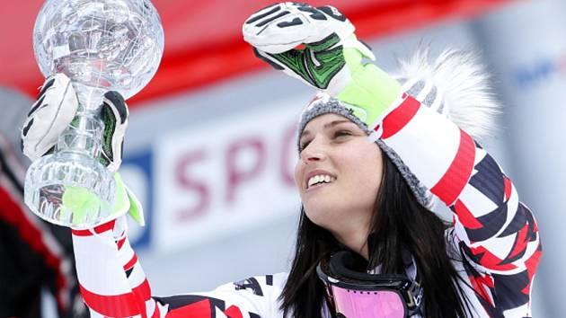 Královna lyžařek Anna Fenningerová s glóbem za obří slalom.