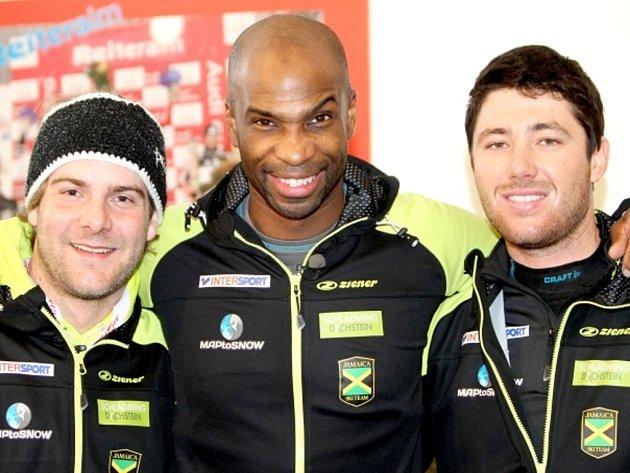 Jamajský lyžař Mike Williams (uprostřed).