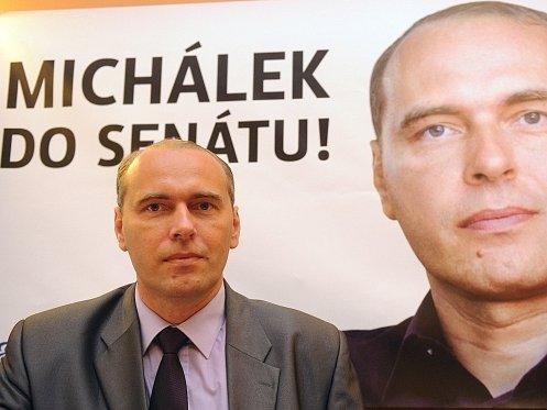 Na tiskové konferenci uspořádané 31. července v Praze Českou pirátskou stranou, Stranou zelených a KDU-ČSL vystoupil kandidát do senátních voleb Libor Michálek.