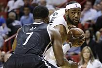 LeBron James z Miami (vpravo) se snaží prosadit proti Brooklynu.