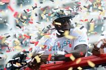 Hvězdný basketbalista LeBron James při mistrovských oslavách v ulicích Miami.