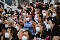 Koncert, festival, lidé v respirátorech - ilustrační foto