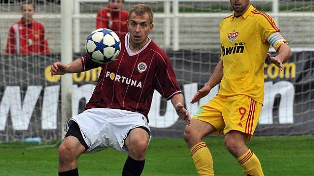 Jiří Skalák ze Sparty B zpracovává míč před Janem Vorlem z Dukly.