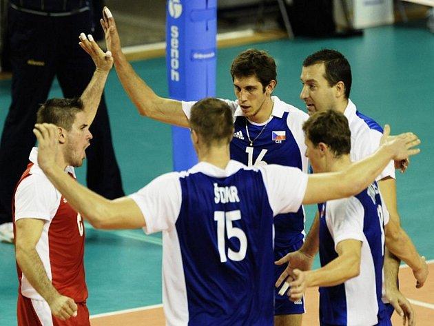 Čeští volejbalisté se radují z vítězství nad Kamerunem na MS v Itálie.