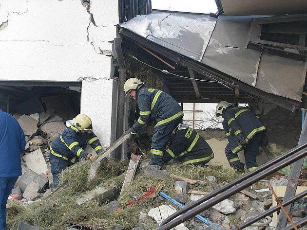 Mohutný výbuch probudil v úterý kolem sedmé hodiny ráno obyvatele Dolního Újezdu na Přerovsku. Explozi způsobil únik plynu z propanbutanové láhve, který zcela zdevastoval část rodinného domu a poničil skleněné výplně oken u dalších minimálně šesti budov.