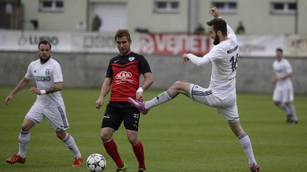 Fotbalisté Karviné (v bílém) proti Táborsku.