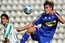 Aleš Škerle v dresu Sigmy Olomouc (vpravo) si zpracovává míč před Romanem Dobešem z Bohemians Praha