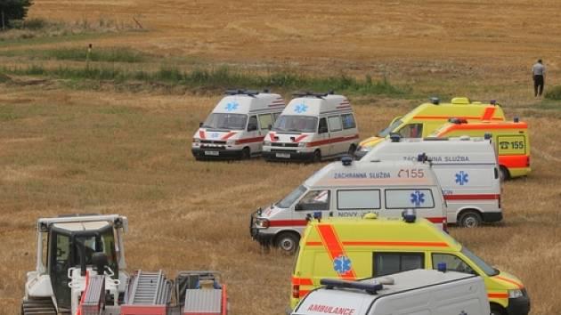 Vozy záchranných jednotek parkovaly i na polích.