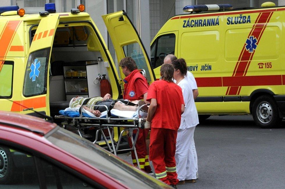 Sanitky rozvážely nemocné do okolních nemocnic.