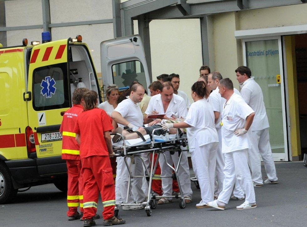 Nemocnice přijímaly zraněné.
