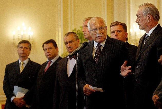 Na Hradě se deset mužů dohodlo, že zvrátí verdikt Ústavního soudu. Politici zuří, trvají na předčasných volbách v říjnu.