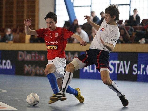 Čeští futsalisté (v červeném) v přípravném zápase se Slovenskem v Plzni.