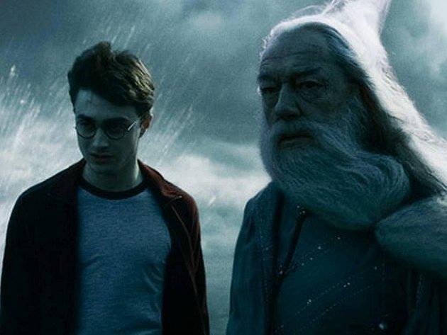 Učitel a jeho žák. Nad nejlepším studentem bradavické školy a svým chráněncem Harrym držel ředitel Bradavic Brumbál dlouho ochrannou ruku. Teď se role otáčejí, před démony musí spasit Potter i svého učitele. Obstojí? (Daniel Radcliffe a Michael Gambon).