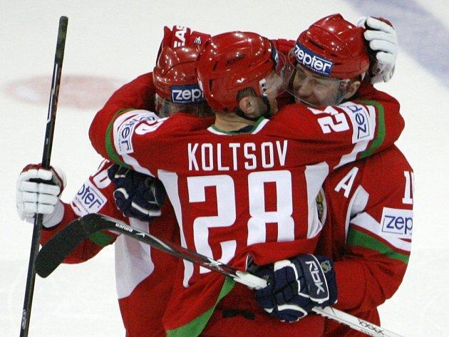 Běloruští hokejisté se radují z překvapivého vítězství nad Slovenskem.