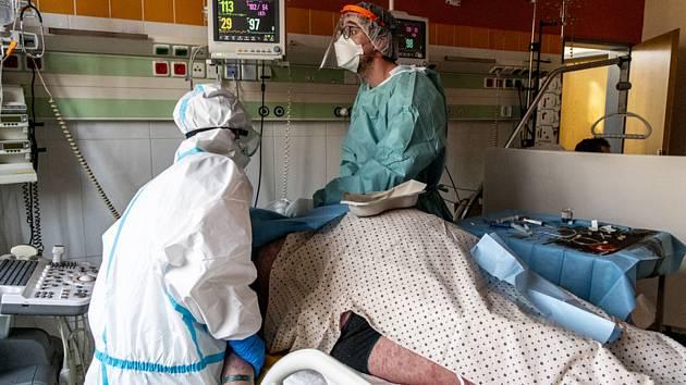Ošetřování pacienta s covidem v Ústí n. L.
