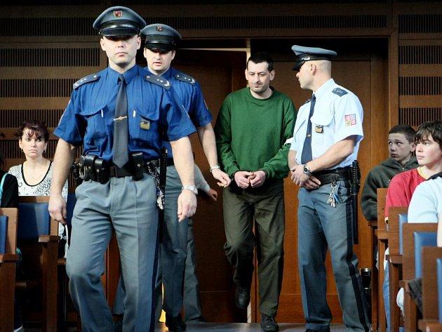 Pražský vrchní soud poslal v úterý Libora Jasanského na 13 let do vězení se zvýšenou ostrahou. Libor Jasanský u královéhradeckého krajského soudu