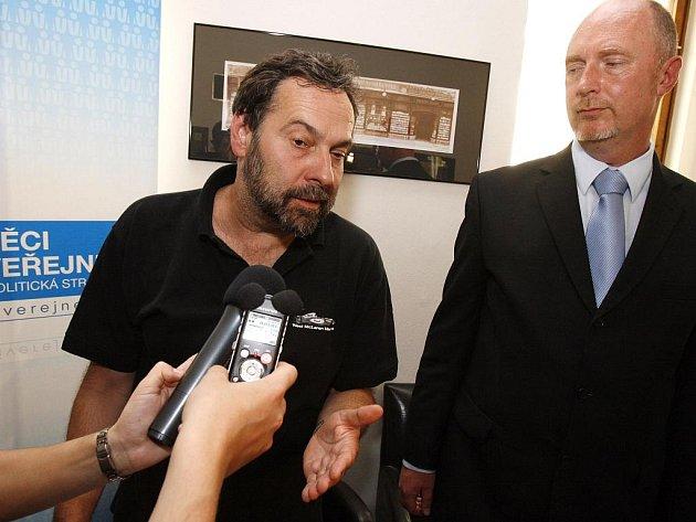 Lídr strany Věci veřejné Radek John (na snímku vlevo) představil mechanismus přímé volby lídrů na kandidátky pro podzimní předčasné volby. Vpravo lídr do Libereckého kraje za věci veřejné Petr Skokan.