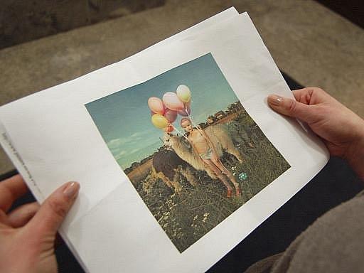 Fotografie, kterou musela česká fotografka Tereza Vlčková na zákrok provozovatele berlínské výstavní síně Kleisthaus odstranit z výstavy kvůli údajně pornografickému obsahu.