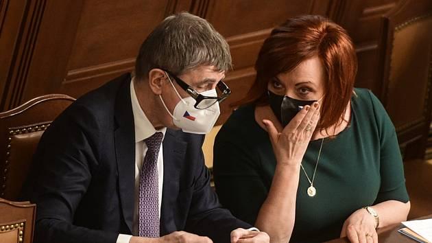 Premiér Andrej Babiš (ANO) a ministryně financí Alena Schillerová (za ANO) na schůzi Poslanecké sněmovny.