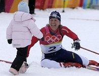 Kateřina Neumannová a její dcerka Lucinka v roce 2006 po závodu na 30 kilometrů, kde vybojovala zlatou olympijskou medaili.